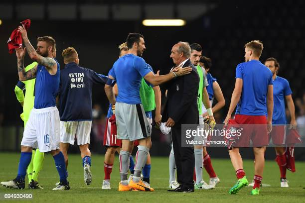 Players and team of Italy applaud the fans following their team's 050 victory during the FIFA 2018 World Cup Qualifier between Italy and...
