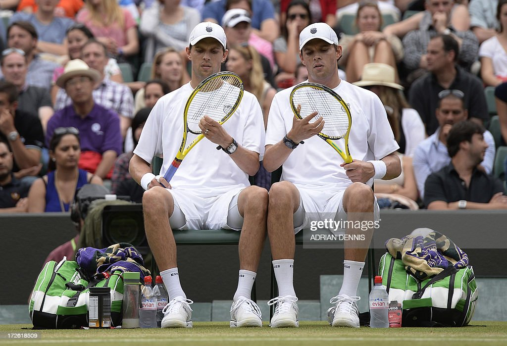 US players Bob Bryan (R) and Mike Bryan (L) sit between games against India's Rohan Bopanna and France's Edouard Roger-Vasselin in their men's doubles semi-final match on day ten of the 2013 Wimbledon Championships tennis tournament at the All England Club in Wimbledon, southwest London, on July 4, 2013. AFP PHOTO / ADRIAN DENNIS - RESTRICTED TO EDITORIAL USE