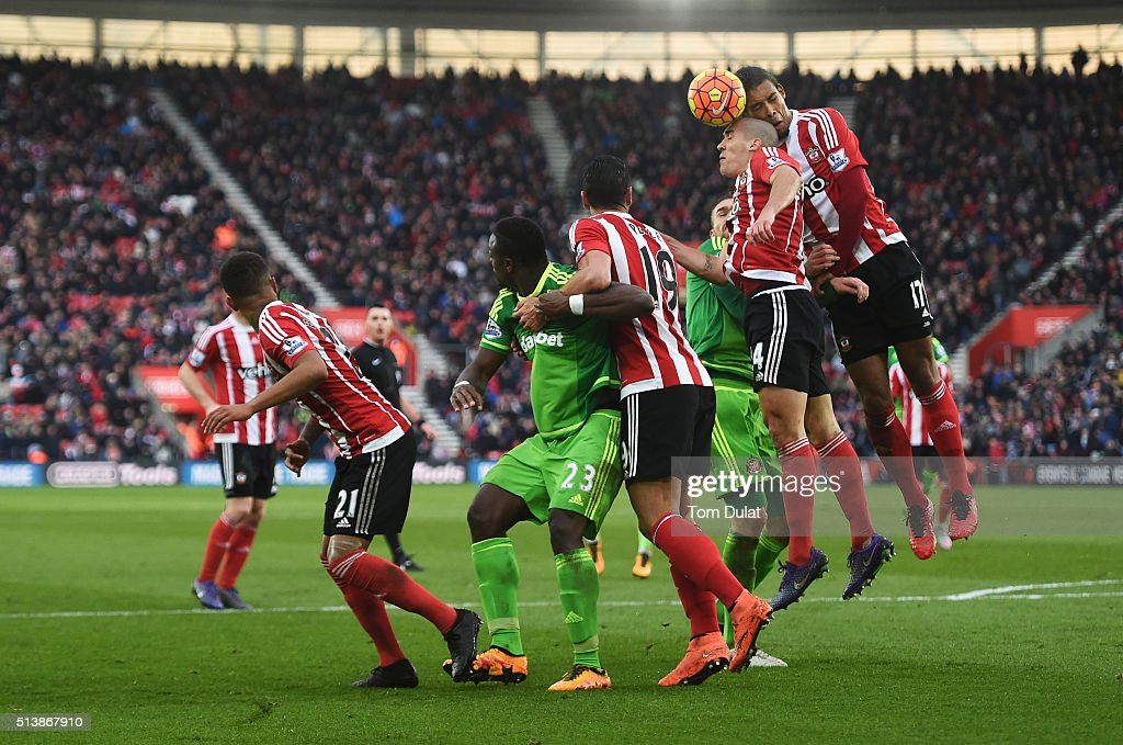 Players compete during the Barclays Premier League match between Southampton and Sunderland at St Mary's Stadium on March 5, 2016 in Southampton, England.