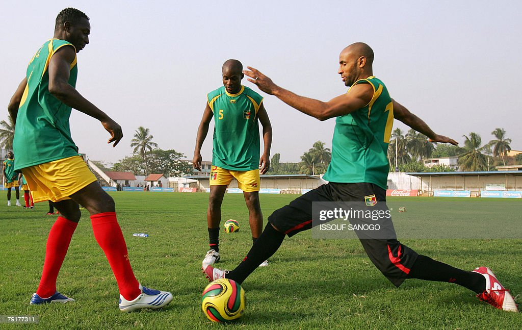 Players for the 'Aigles du Mali', the Malian national football team, Frederic Kanoute (R), Souleymane Diamoutene (C) and Mahamadou Diarra (L) control a ball during a training session 23 January 2008 in Elmina Ghana for their 2008 African Cup of Nations.