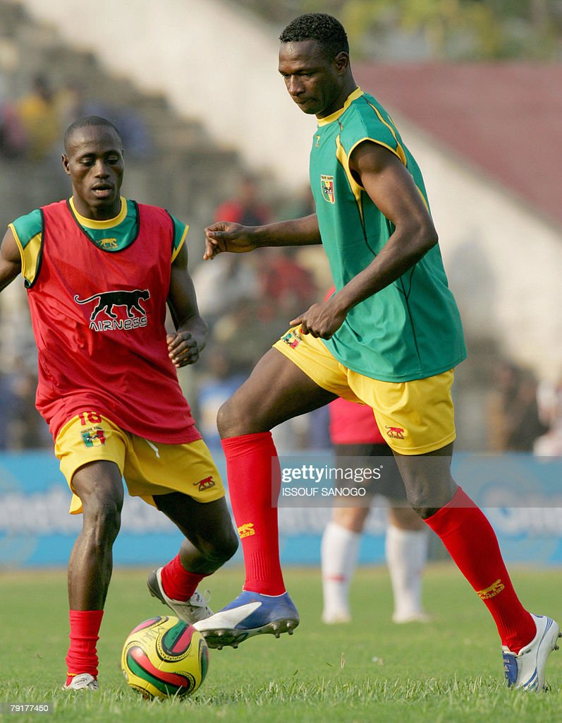 Players for the 'Aigles du Mali', the Malian national football team, Mahamadou Diarra and Souleymane Dembele(L) control a ball during a training session 23 January 2008 in Elmina Ghana for their 2008 African Cup of Nations.