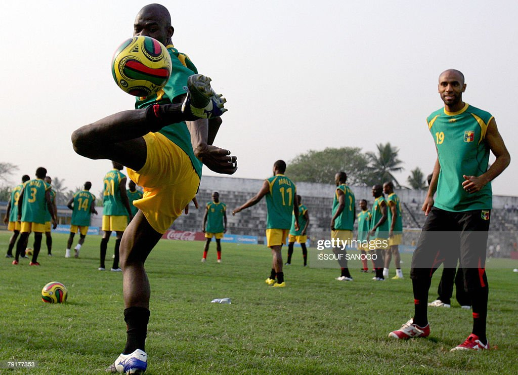 Players for the 'Aigles du Mali', the Malian national football team take part in a training session 23 January 2008 in Elmina Ghana for their 2008 African Cup of Nations.