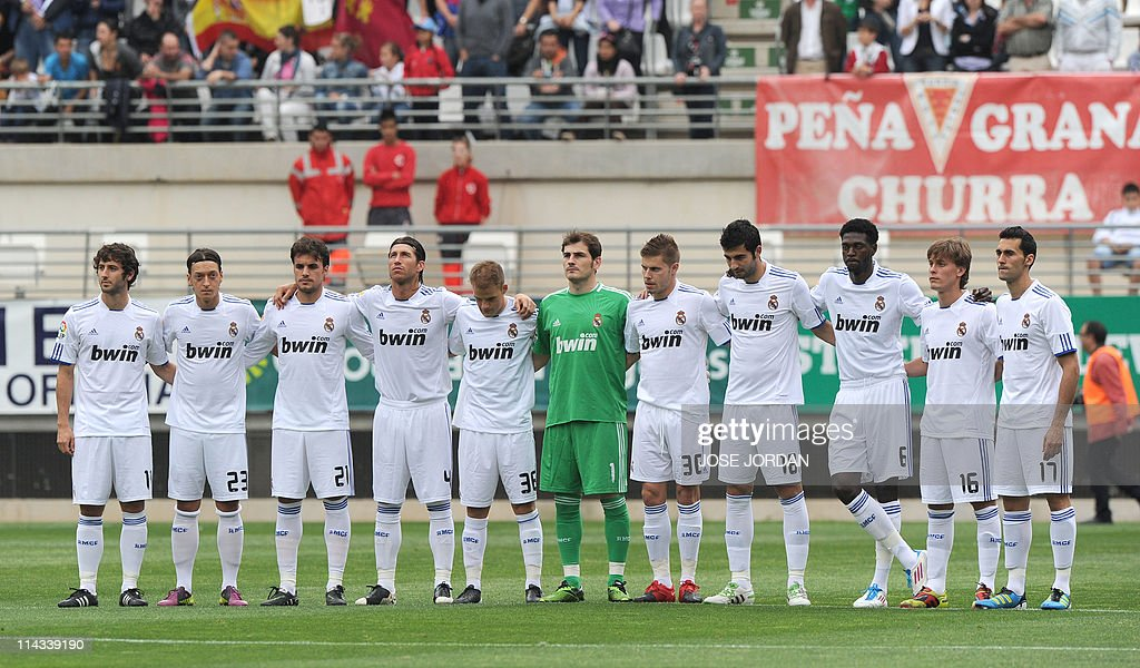 Hilo del Real Madrid Players-from-real-madrid-observe-a-minute-silence-for-the-victims-of-picture-id114339190