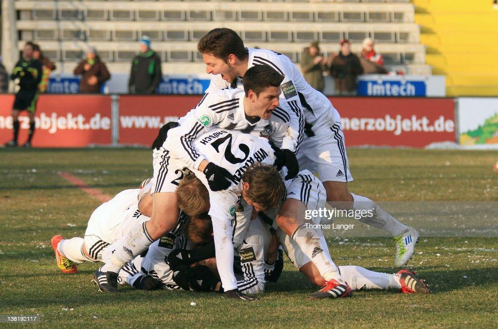 Players of Aalen celebrate Fabian Weiss' decisive 21 goal during the Third League match between VfR Aalen and Jahn Regensburg at the ScholzArena on...