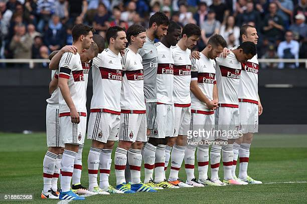 Players of AC Milan stand for a minutes silence for the death of Cesare Maldini during the Serie A match between Atalanta BC and AC Milan at Stadio...
