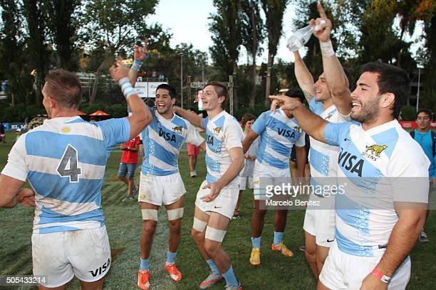 Players of Argentina celebrate after winning the Seven Viña 2016 tournament at Mackay School on January 17 2016 in Reñaca Chile