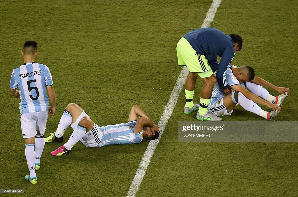 Players of Argentina show their dejection after being defeated by Chile in the Copa America Centenario final in East Rutherford, New Jersey, United States, on June 26, 2016. After extra-time, Chile win penalty shoot-out 4-2. / AFP / Don EMMERT
