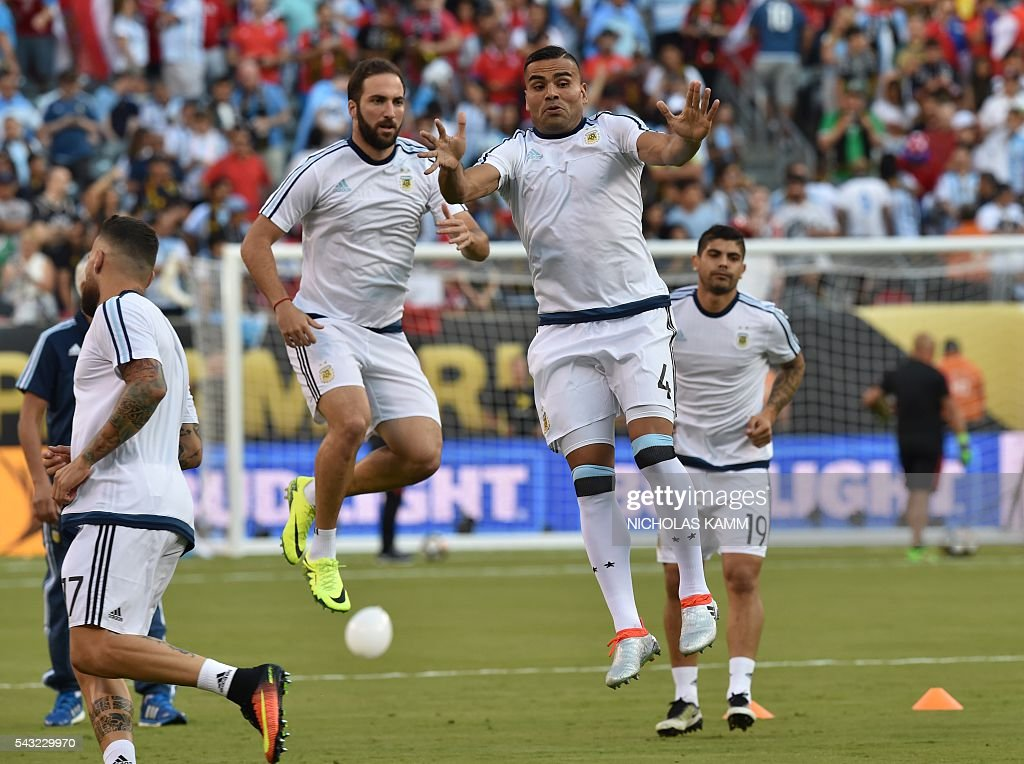 Players of Argentina warm up before the start of the Copa America Centenario final against Chile in East Rutherford, New Jersey, United States, on June 26, 2016. / AFP / Nicholas KAMM