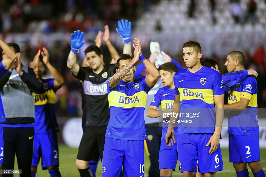 Players of Argentinas Boca Juniors celebrate after their 2-1 victory over Paraguay's Cerro Porteno at the end of the Copa Libertadores 2016 football match at Defensores del Chaco stadium, in Asuncion, on April,28, 2016. / AFP / PABLO