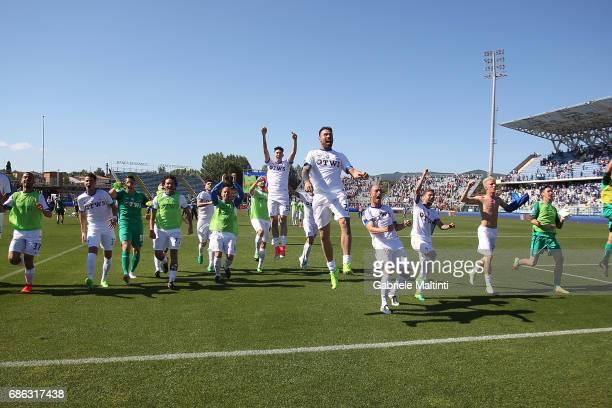 Players of Atalanta BC celebrates the victory after the Serie A match between Empoli FC and Atalanta BC at Stadio Carlo Castellani on May 21 2017 in...