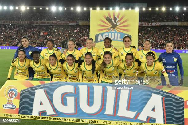 Players of Atletico Huila pose for a team photo prior a second leg match between Independiente Santa Fe and Atletico Huila as part of Liga Águila...
