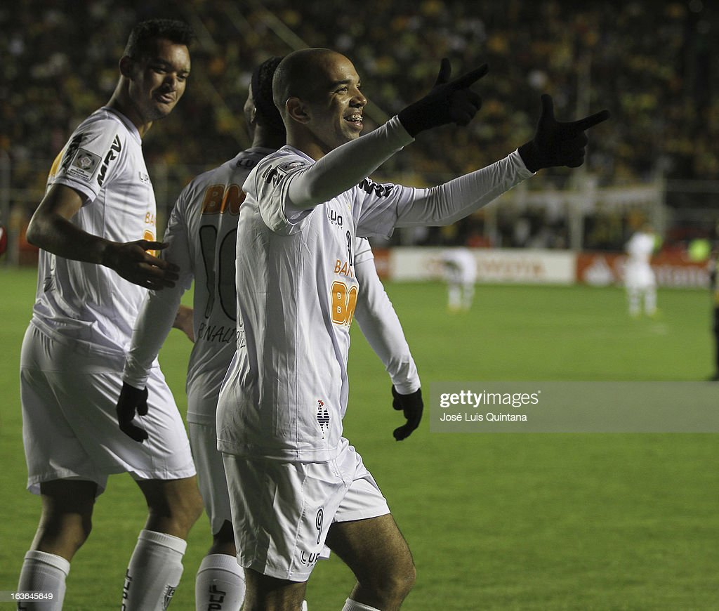 Players of Atletico Mineiro celebrate a goal during a match between The Strongest and Atletico Mineiro as part of the Copa Bridgestone Libertadores 2013 at the Hernando Siles Stadium on March 13, 2013 in La Paz, Bolivia.