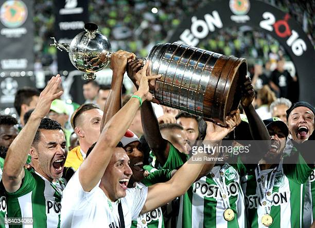 Players of Atletico Nacional lift the trophy as champions of the Copa Bridgestone Libertadores 2016 after beat Independiente del Valle at Atanasio...