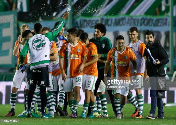Players of Banfield celebrate after winning the match between Banfield and Rosario Central as part of Torneo Primera Division 2016/17 at Florencio...
