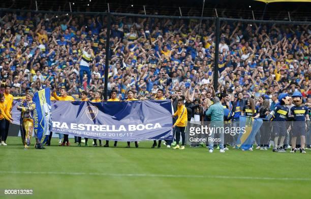 Players of Boca Juniors celebrate the Torneo Primera Division 2016/17 title prior a match between Boca Juniors and Union as part of Torneo Primera...
