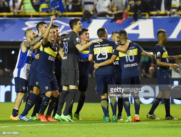 Players of Boca Juniors celebrates the championship after a match between Boca Juniors and Union as part of Torneo Primera Division 2016/17 at...