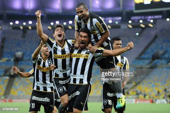 Players of Botafogo celebrate a scored goal from Juan Carlos Ferreyra against Independiente del Valle during a match between Botafogo and...