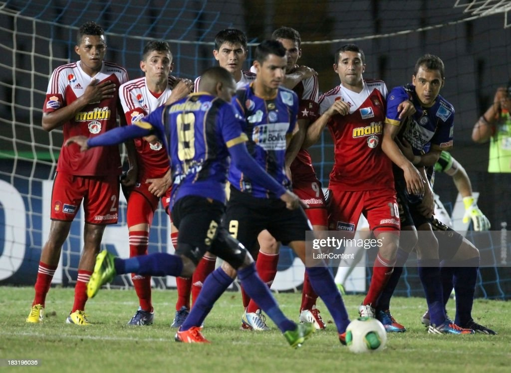 Players of Caracas FC in action during a match between AC Mineros de Guayana and Caracas FC as part of the Apertura 2013 at Cachamay Stadium on October 5, 2013 in Puerto Ordaz, Venezuela.