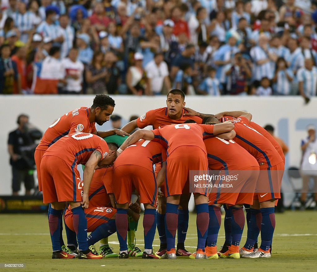 Players of Chile get ready before the start of the Copa America Centenario final against Argentina in East Rutherford, New Jersey, United States, on June 26, 2016. / AFP / NELSON