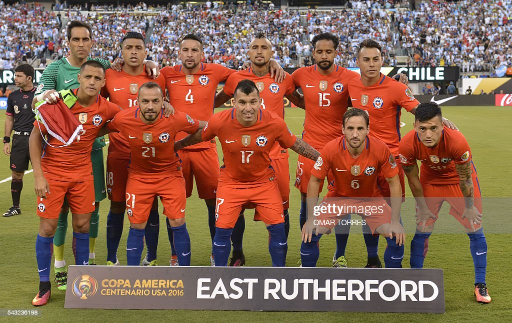 Players of Chile pose for pictures before the start of the Copa America Centenario final against Argentina in East Rutherford, New Jersey, United States, on June 26, 2016. / AFP / OMAR