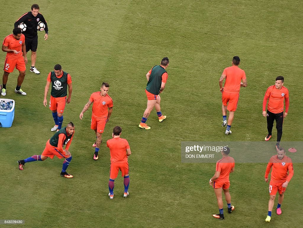 Players of Chile warm up before the start of the Copa America Centenario final against Argentina in East Rutherford, New Jersey, United States, on June 26, 2016. / AFP / Don EMMERT