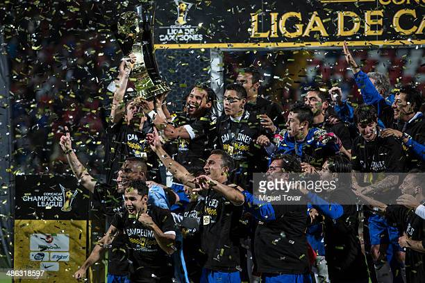 Players of Cruz Azul celebrate after winning the leg 2 of the final match between Cruz Azul and Toluca as part of the CONCACAF Liga de Campeones at...