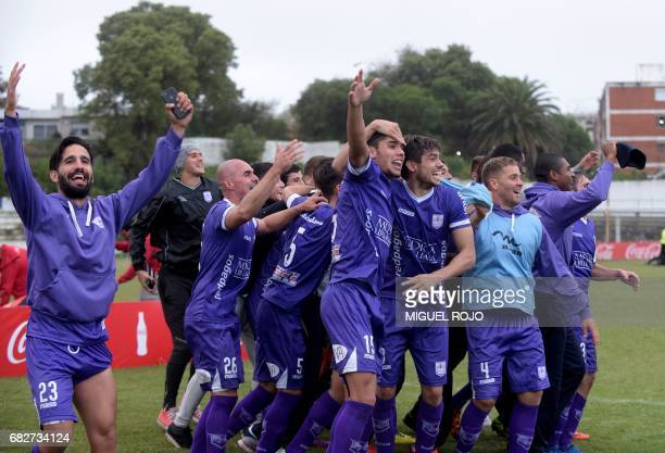 Players of Defensor celebrate after winning the Uruguayan Apertura football tournament after defeating Fenix in Montevideo on May 13 2017 / AFP PHOTO...