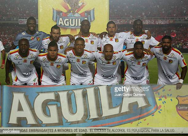 Players of Deportivo Pereira pose for a team photo prior to a match between America de Cali and Pereira as part of Torneo Aguila 2016 second leg at...