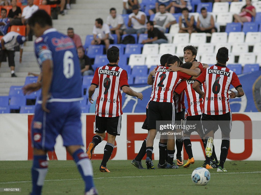 Players of Estudiantes celebrate a goal during a match between Godoy Cruz and Estudiantes as part of Torneo Inicial at Mundialista Stadium on November 16, 2013 in Mendoza, Argentina.