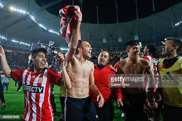 Players of Estudiantes celebrate going to the next round after winning a second leg match between Estudiantes and Gimnasia y Esgrima La Plata as part...