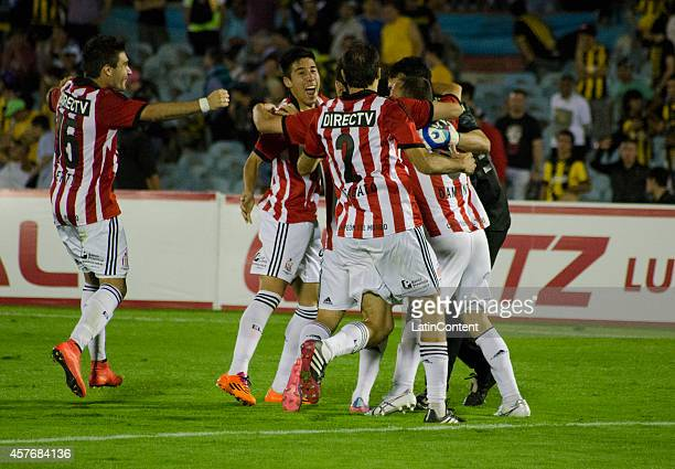 Players of Estudiantes celebrate victory after the penalty shootout after second leg match between Peñarol and Estudiantes as part of round of 16 of...