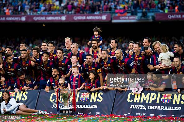 Players of FC Barcelona pose with the La Liga trophy after the La Liga match between FC Barcelona and RC Deportivo La Coruna at Camp Nou on May 23...