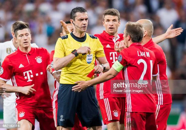 Players of FC Bayern Munich argue with referee Viktor Kassai during their 201617 UEFA Champions League Quarterfinals second leg match between Real...