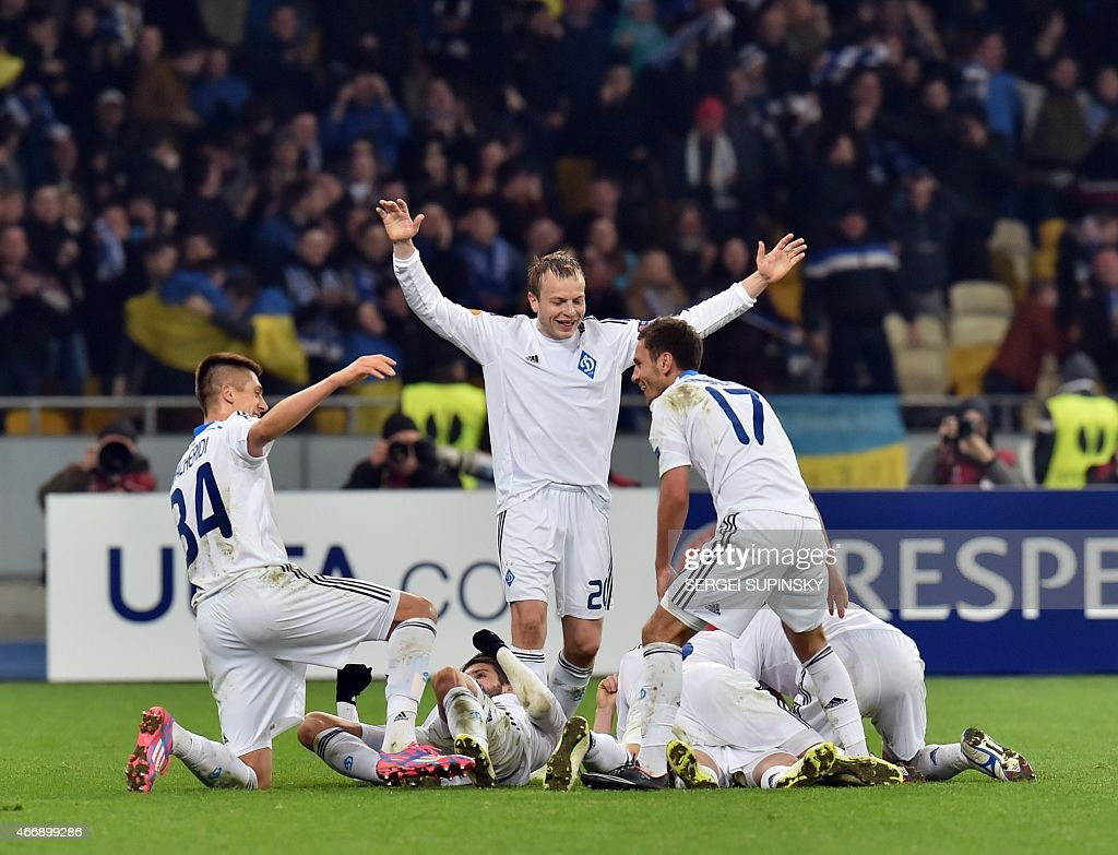 Players of FC Dynamo Kiev celebrate after scoring during the UEFA Europa League round of 16 football match between Dynamo Kiev and Everton in Kiev on March 19, 2015.