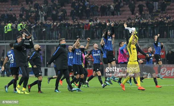 Players of FC Internazonale celebrate the win at the end of the Serie A match between FC Internazionale and Atalanta BC at Stadio Giuseppe Meazza on...