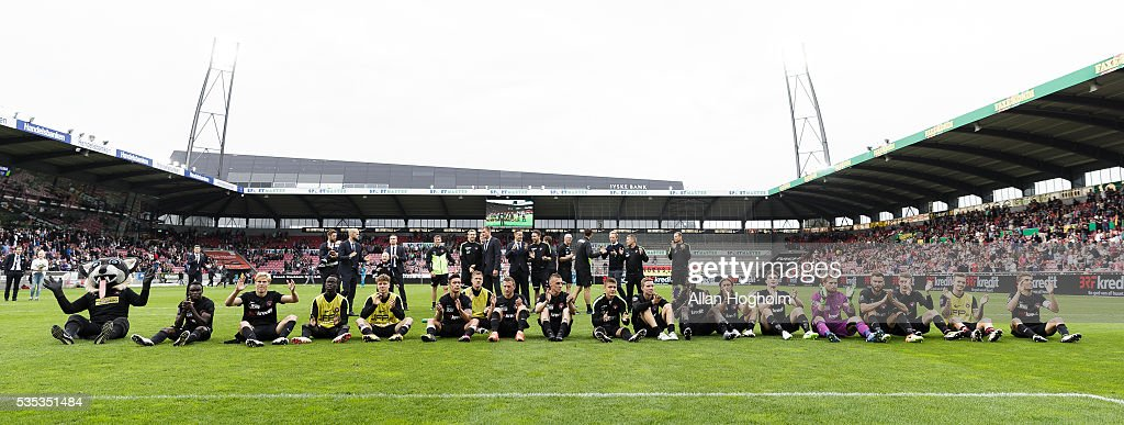 Players of FC Midtjylland celebrate their victory after the Danish Alka Superliga match between FC Midtjylland and FC Nordsjalland at MCH Arena on May 29, 2016 in Herning, Denmark.