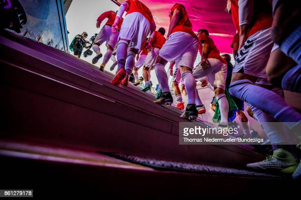 Players of Freiburg attends the pitch prior to the Bundesliga match between FC Bayern Muenchen and SportClub Freiburg at Allianz Arena on October 14...