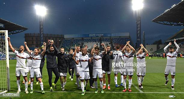 Players of Genoa CFC celebrate the victory after the Serie A match between US Sassuolo Calcio and Genoa CFC at Mapei Stadium Citta del Tricolore on...