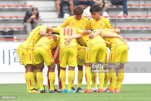 Players of Giravanz Kitakyushu make the huddle during the JLeague J3 match between Giravanz Kitakyushu and AC Nagano Parceiro at Mikuni World Stadium...