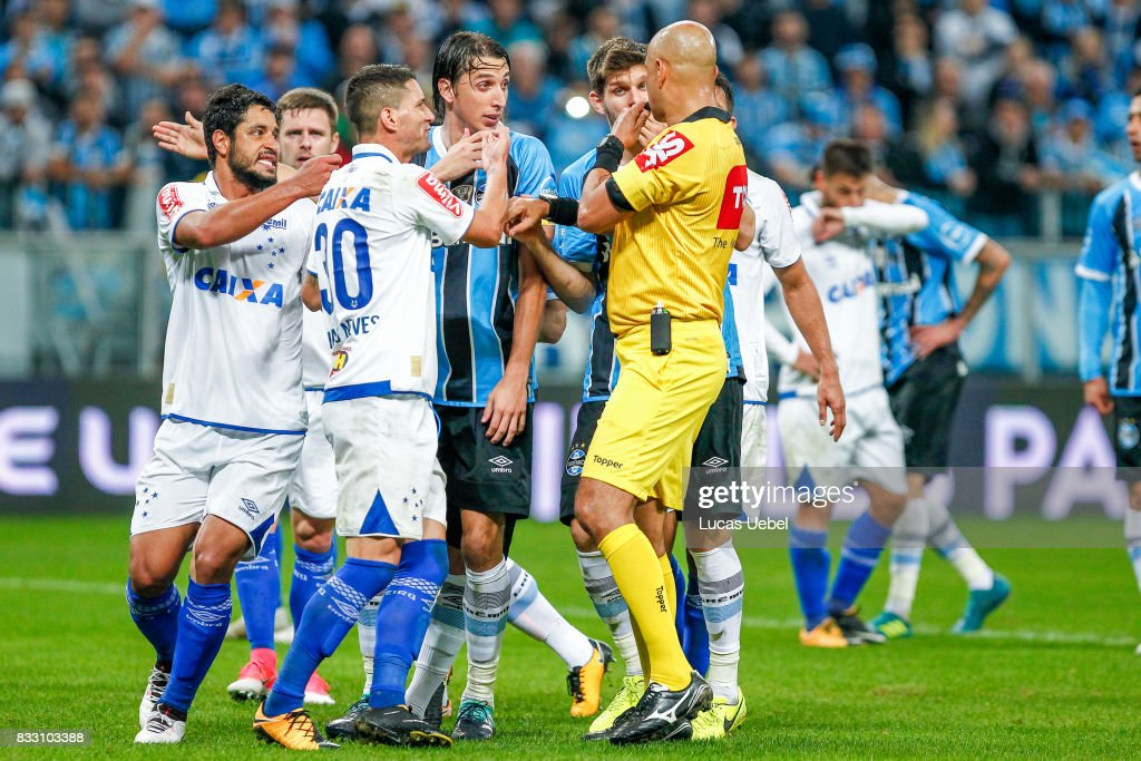 Players of Gremio and Cruzeiro argue with the referee Marcelo de Lima Henrique during the Gremio v Cruzeiro match, part of Copa do Brasil Semi-Finals 2017, at Arena do Gremio on August 16, 2017 in Porto Alegre, Brazil.