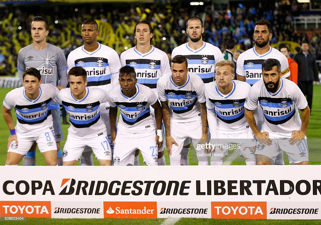 Players of Gremio pose for a photo prior the second leg match between Rosario Central and Gremio as part of Copa Bridgestone Libertadores 2016 as part of round of 16 of Copa Bridgestone Libertadores 2016 at Gigante de Arroyito Stadium on May 05, 2016 in Rosario, Argentina.