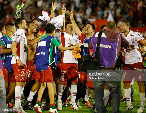 Players of Huracan celebrate qualifying to the final after a second leg match between Huracan and River Plate as part of Semi Finals of Copa...
