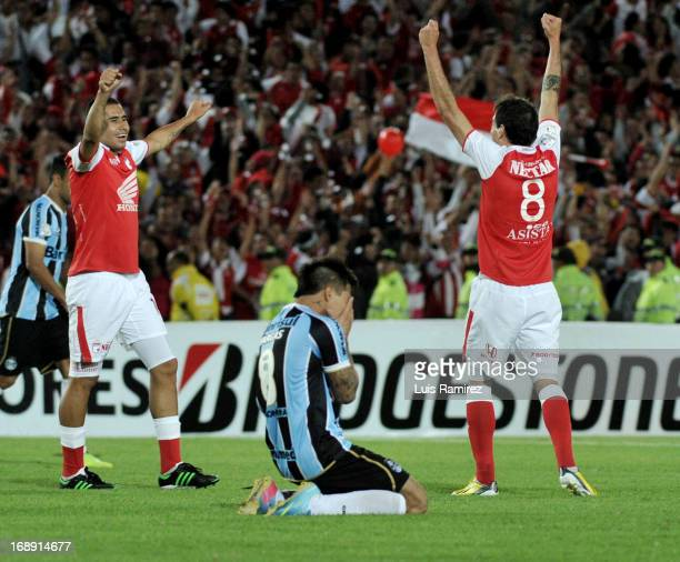 Players of Independiente Santa Fe celebrate after beating Gremio during a match between Independiente Santa Fe and Gremio as part of Copa Bridgestone...