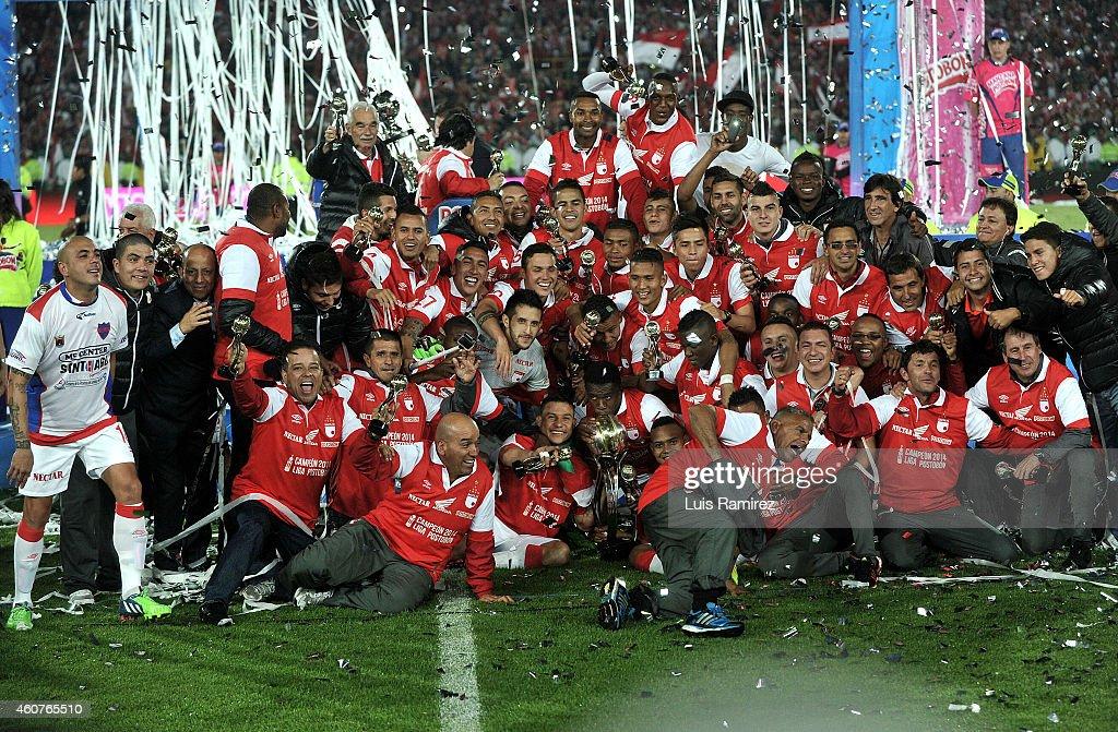 Players of Independiente Santa Fe celebrate after winning a second leg final match between Independiente Santa Fe and Deportivo Independiente...