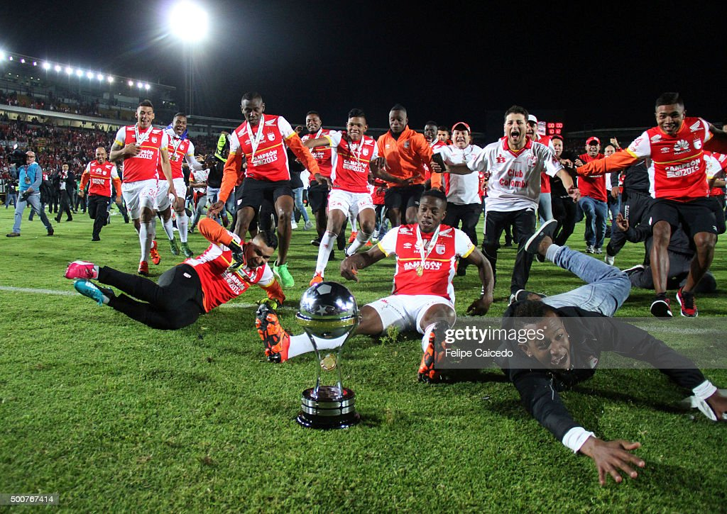 Players of Independiente Santa Fe celebrate with the trophy after winning a final match between Independiente Santa Fe and Huracan at Nemesio Camacho...
