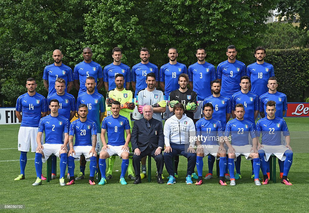 Debate sobre futbolistas - Página 7 Players-of-italy-pose-for-a-team-photo-ahead-of-the-uefa-euro-2016-at-picture-id536250732