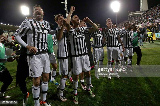 Players of Juventus FC celebrates the victory after the Serie A match between ACF Fiorentina and Juventus FC at Stadio Artemio Franchi on April 24...