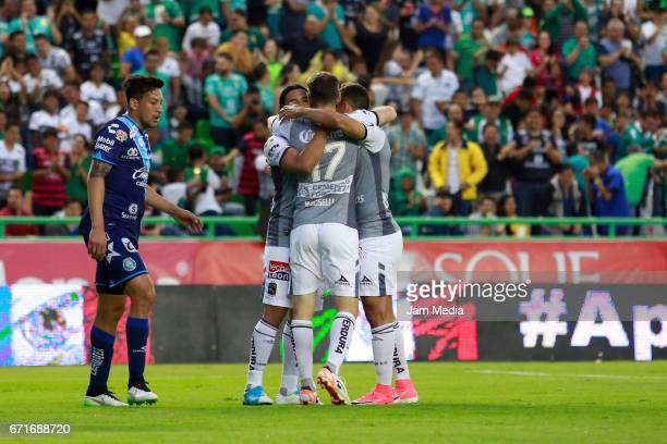 Players of Leon celebrate their winning goal scored by Mauro Boselli during the 15th round match between Leon and Puebla as part of the Torneo...
