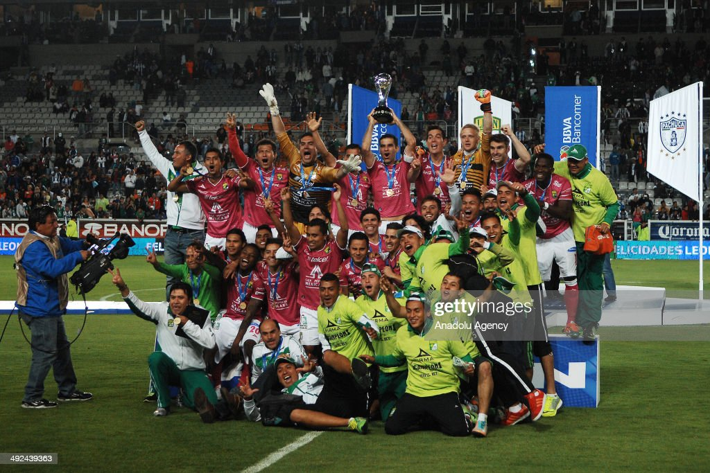 Players of Leon celebrate with the trophy after the Liga BBVA Bancomer MX final match between Pachuca and Leon at Hidalgo Stadium on May 18 2014 in...