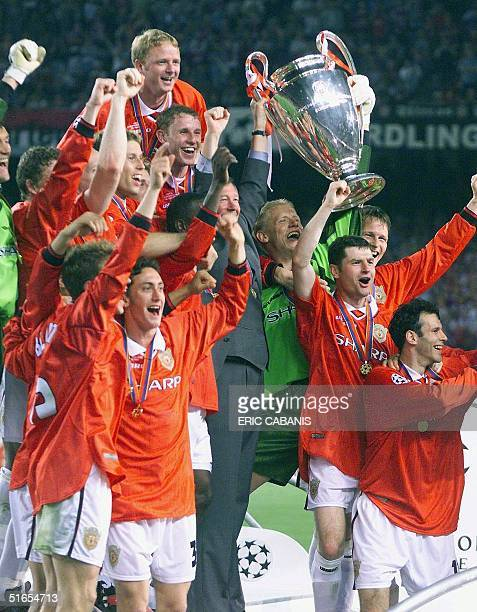 players of Manchester United jubilate with the trophee after winning the final of the soccer Champions League against Bayern Munich 26 May 1999 at...